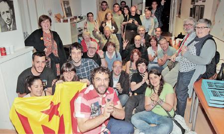 Militants d'ERC de Sabadell en plena celebració dels resultats obtinguts en aquestes eleccions el diumenge a la nit a la seu d'aquesta formació a la Gran Via