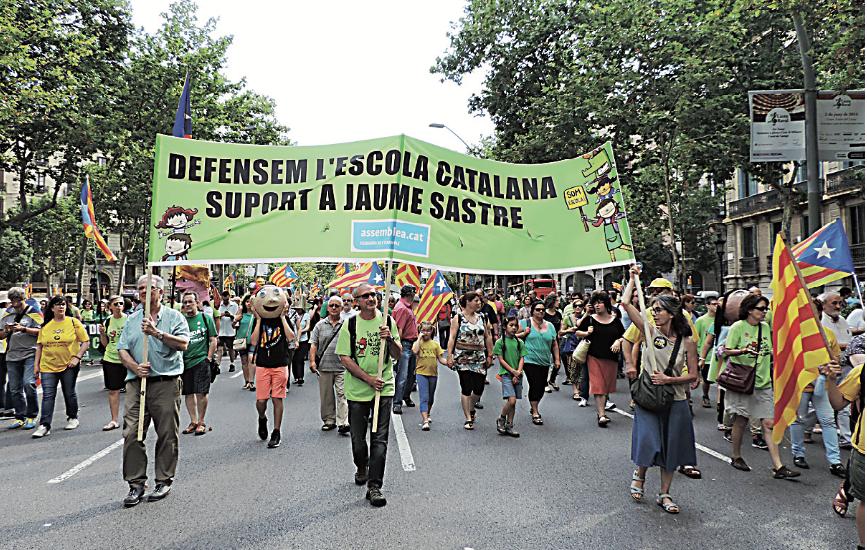 Alguns dels participants de la comarca durant la manifestació, i un dels molts capgrossos que van animar la marxa