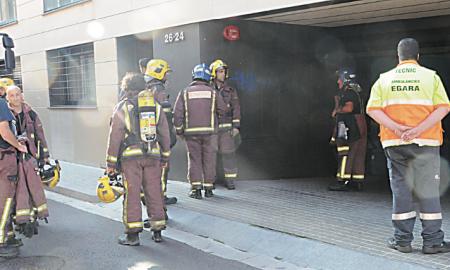 Los equipos de bomberos a la salida del aparcamiento tras sofocar el incendio