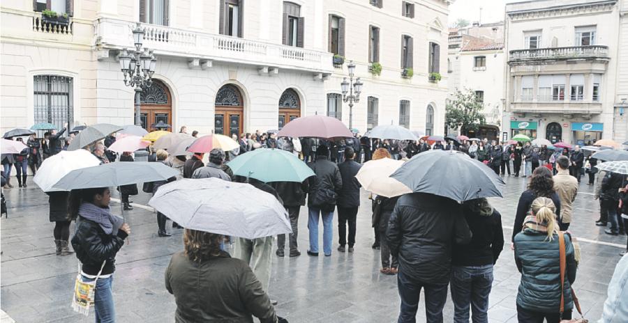 La vella sirena d'alarma del Racó del Campanar va marcar el principi i final del minut de silenci a la Plaça de Sant Roc amb la presència de l'alcalde, regidors i d'un centenar de ciutadans