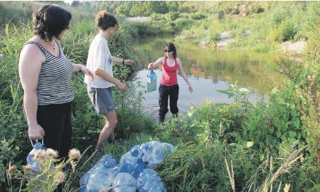 Dimarts passat un grup de voluntaris va omplir garrafes amb aigua del Ripoll per regar els arbres que s'han plantat al llarg d'aquesta temporada