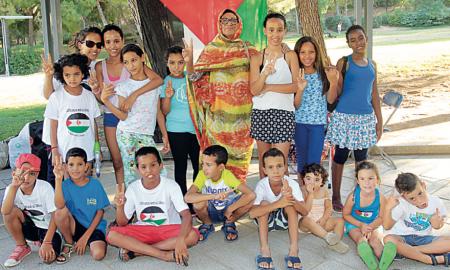 La darrera trobada de famílies, els dijous al Parc Catalunya, va convertir-se en un homenatge a la cantant i activista saharauí Mariem Hassan