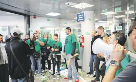Membres de la PAHC a l'interior de l'oficina de Torre-romeu dilluns al matí