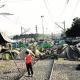 Moltes persones acampen a les vies del tren, a Idomeni