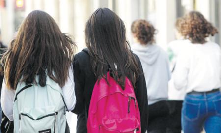 El col·lectiu adolescent és un dels més vulnerables davant les xarxes socials i internet si no hi ha una supervisió parental