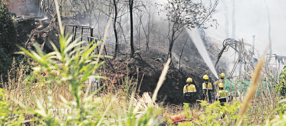 Bombers treballant per sufocar el foc declarat divendres a Can Llong