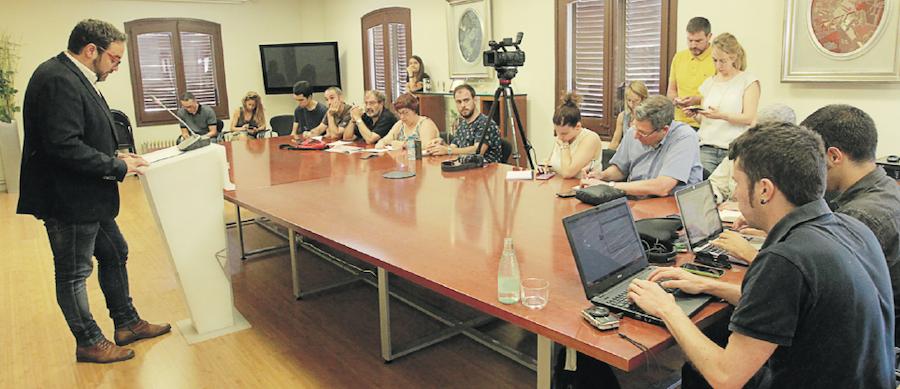 L'alcalde Juli Fernàndez en el moment de comunicar en roda de premsa la decisió de renunciar a l'alcaldia en favor de Maties Serracant