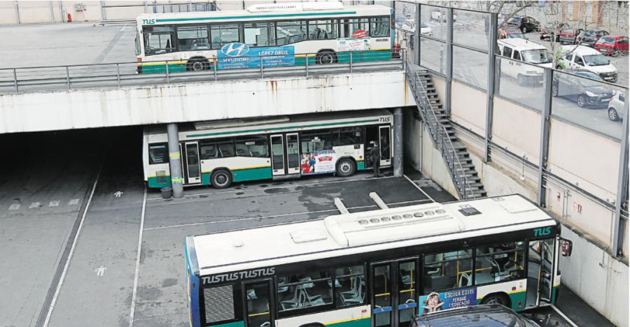 Vehicles aparcats a les cotxeres de la TUS, situades al passeig Comerç, al sud de la ciutat