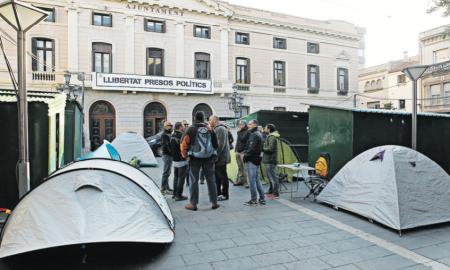 Els policies mantindran l'acampada 24 hores, fins aquest dijous al matí