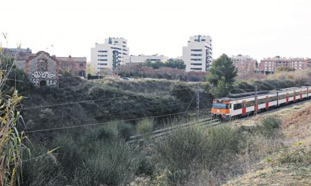Un tren de la línia de Rodalies R4 al seu pas per Can Llong
