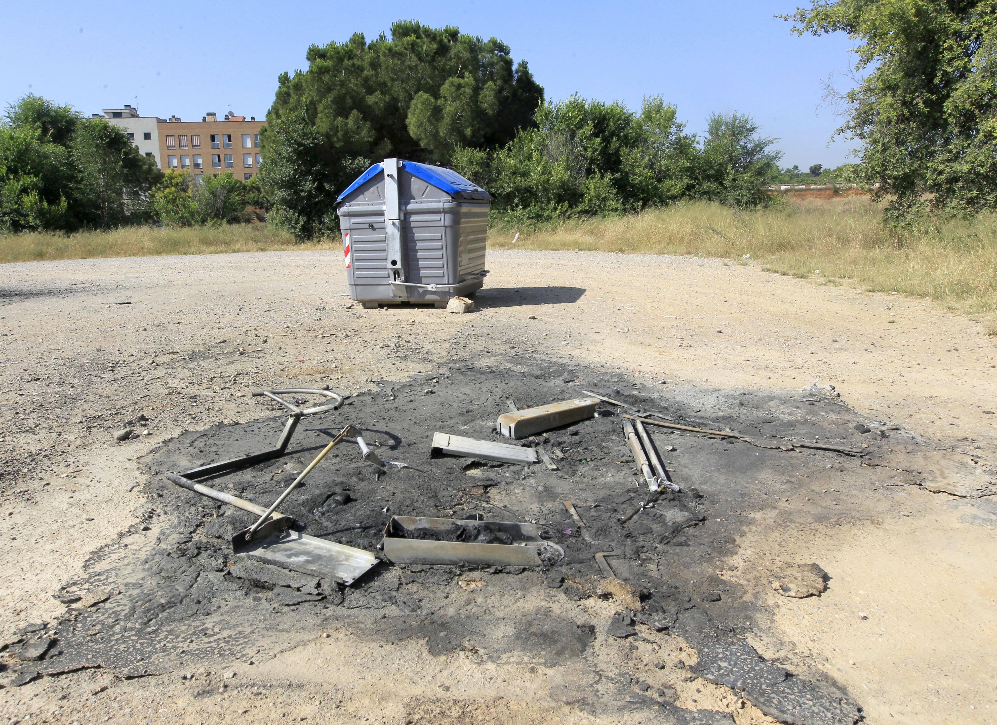 Un contenidor cremat a la zona esportiva de Can Rull. Foto: Lluís Franco.