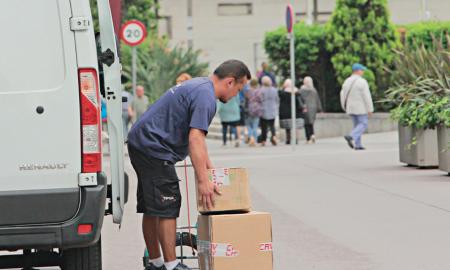 Un repartidor descarrega el gènere al centre de Sabadell