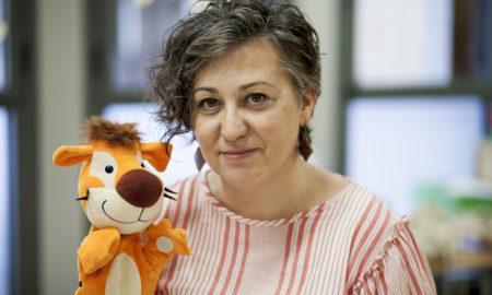 Lola Pérez sosté el peluix 'Tommy the Tiger' a l'aula d'anglès de l'escola La Trama / VICTÒRIA ROVIRA