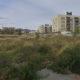 El solar de Can Llong on se situarà la nova promoció d'habitatges, similars als que es veuen a la dreta de la imatge / LLUÍS FRANCO