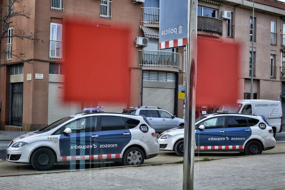Dues unitats dels Mossos davant la comissaria de Sabadell