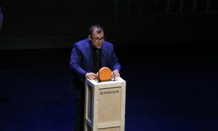 Toni Mata rep el premi Joaquim Ruyra de narrativa juvenil d'Òmnium Cultural per 'Nascuts per ser Breus' durant la Nit de Santa Llúcia a Santa Coloma de Gramenet