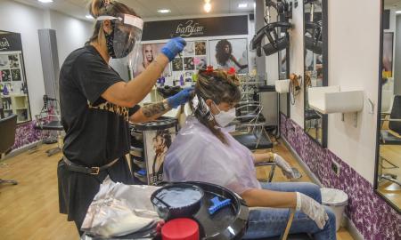 Una perruqueria de Sabadell durant el primer dia d'obertura mitjançant cita prèvia / LLUÍS FRANCO