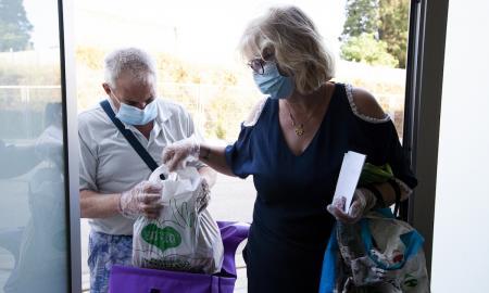 Una parella recollint un lot d'aliments del Rebost Solidari / v. rovira