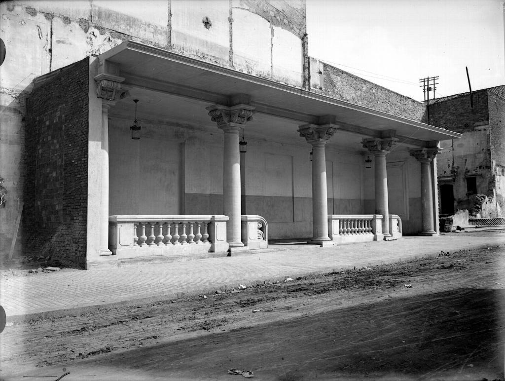 L'accés definitiu a la Rambla cantonada amb el carrer de la República, abans Alfons XIII (1926)