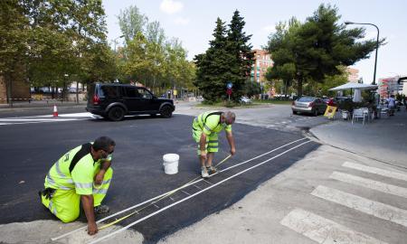 Uns operaris, fent treballs d'asfaltat a la ronda de la Roureda / Victòria rovira