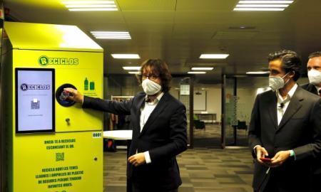FGC i Ecoembes instal·len uns contenidors de reciclatge que ofereixen recompenses als usuaris. / CEDIDA