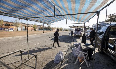 Mercat ambulant de zona hermètica, a la banda de Sant Quirze, el passat diumenge / VICTÒRIA ROVIRA