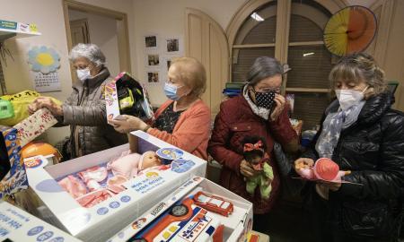 Voluntàries de la Puríssima de Sabadell preparant lots de joguines pels infants més vulnerables : Victòria Rovira
