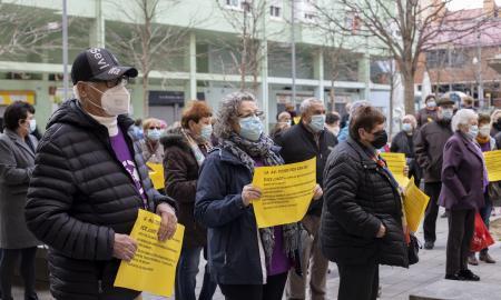 Veïns de Can Deu es manifesten en contra del tancament de l'oficina del BBVA a Can Deu / VICTÒRIA ROVIRA