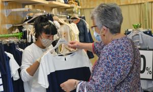 Una dona comprant a la botiga d'un petit comerç de Sabadell / LLUÍS FRANCO