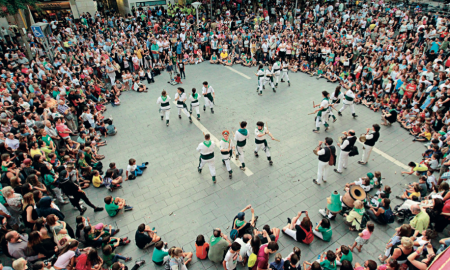 Els Bastoners de Sabadell en plena actuació davant l'Ajuntament