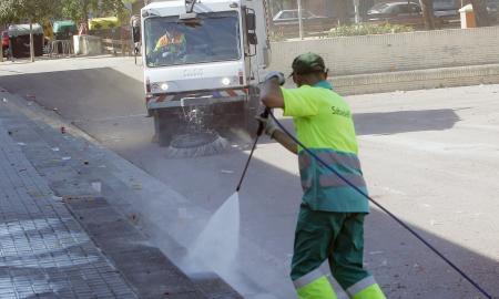 Operaris d'SMATSA netegen la plaça del Treball