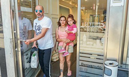 Ana Delia Ferreira, la seva filla i Hicham Bibiche, veïns del bloc afectat, continuen allotjats a l'Hostal Ric de Sabadell