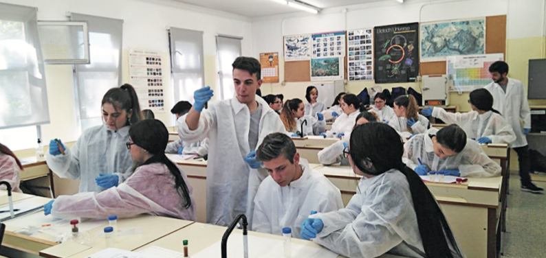 Alumnes del Federica Montseny de Ciutat Badia treballant en el laboratori
