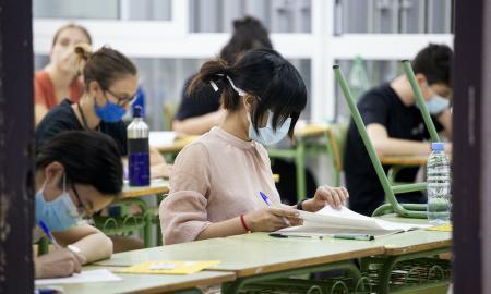 Foto d'arxiu d'una estudiant realitzant exàmens d'accés a la universitat, en un centre de Sabadell