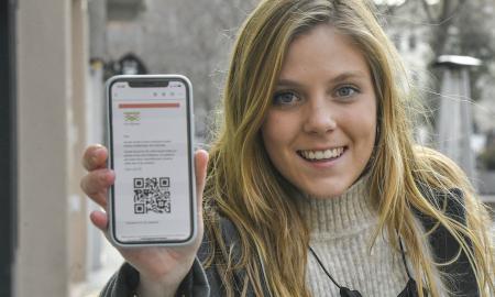 L'emprenedora sabadellenca Georgina Coll mostra el codi QR per recollir la compra