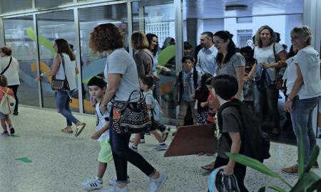 Pares i mares entrant a l'escola amb els seus fills
