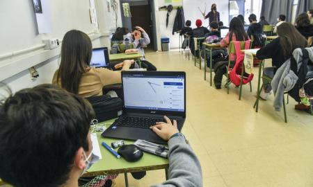 Els alumnes de l'institut Vallès són dels pocs que han rebut els portàtils