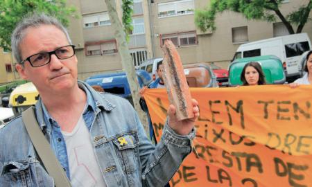 El portaveu Jaume García Arija mostrant l'estat de les bigues d'un immoble