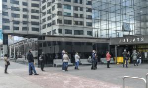 Llarga cua a davant dels Jutjats de Sabadell