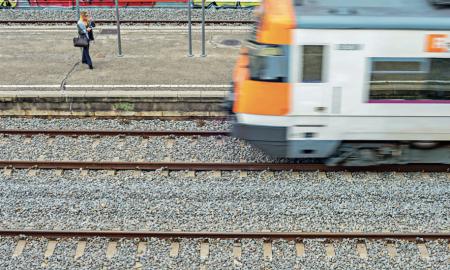 Un tren de la línia R4 circula per l'estació Sabadell Sud