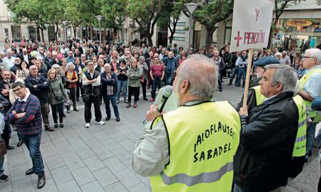 Membres de la Taula Social davant del públic durant la concentració de dilluns
