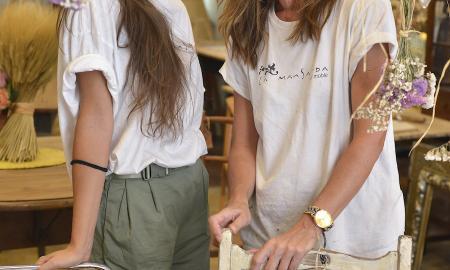 les dues estudiants a la botiga de restauració de mobles