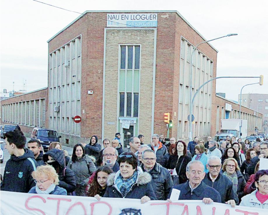 Una manifestació dels veïns davant de la nau on estava previst el tanatori