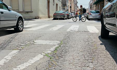 Uns dels carrers amb el paviment en mal estat al barri de Gràcia