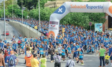 Milers de persones van posar el seu granet de sorra per contribuir al projecte solidari 'Una onada de petits somriures'