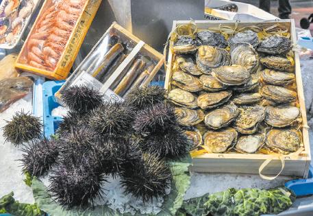 Les ostres, les garoines, els llagostins i els grans peixos com la tonyina o el salmó atreuen mirades pel seu color i el bon gust