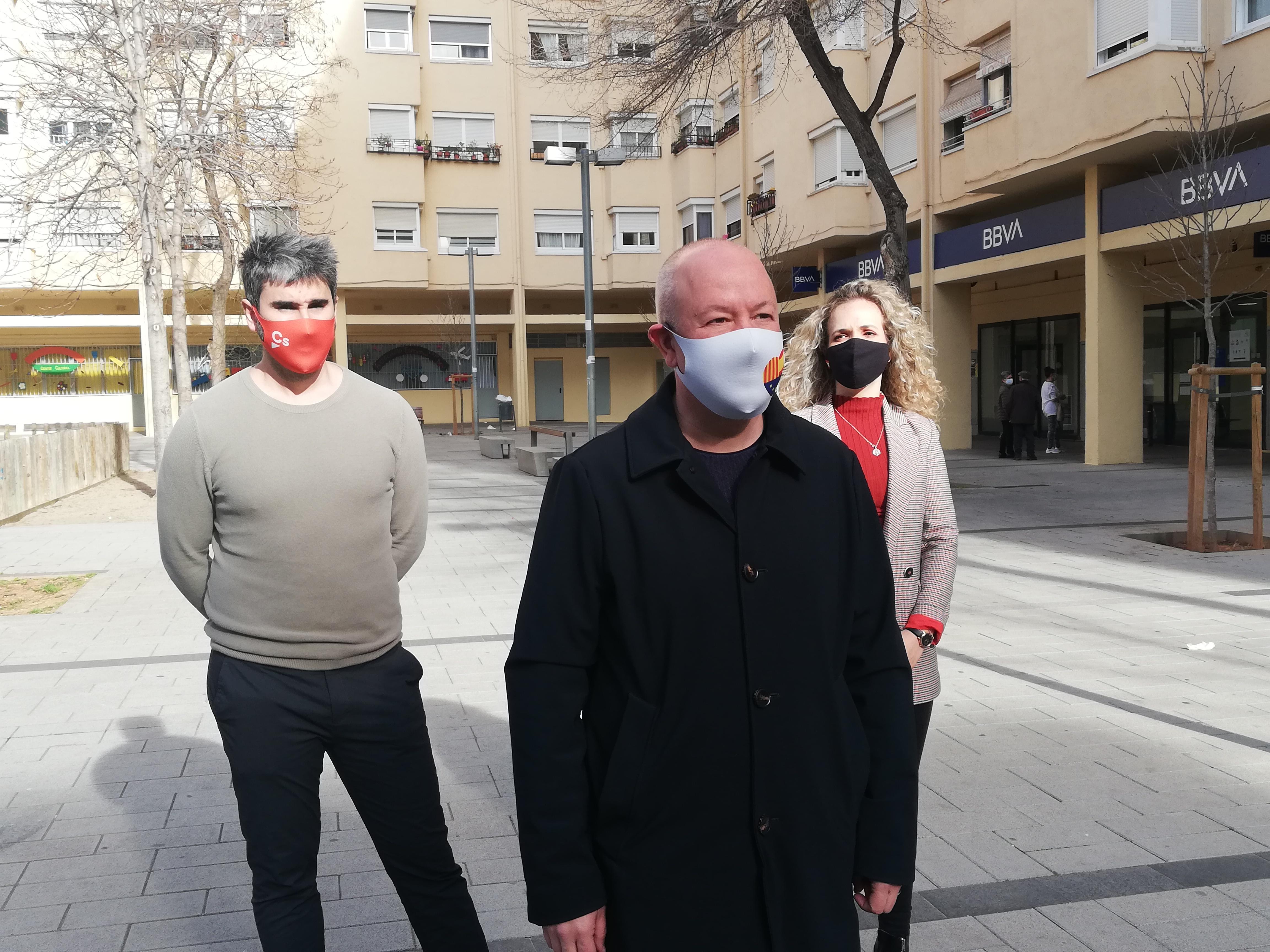 Joan García, Sergio Salcedo i Laura Casado, a la plaça dels Castanyers de Can Deu   Toni Alfaro