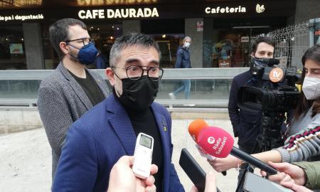 El portaveu del grup d'ERC a l'Ajuntament, Gabriel Fernàndez, atenent els mitjans   Toni Alfaro