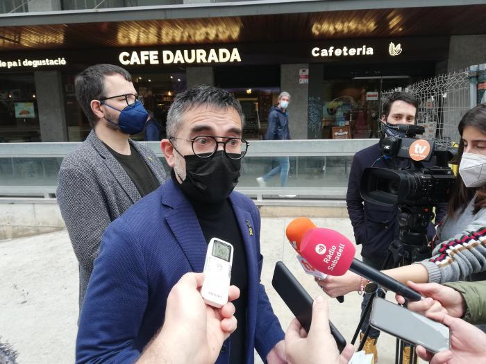 El portaveu del grup d'ERC a l'Ajuntament, Gabriel Fernàndez, atenent els mitjans | Toni Alfaro