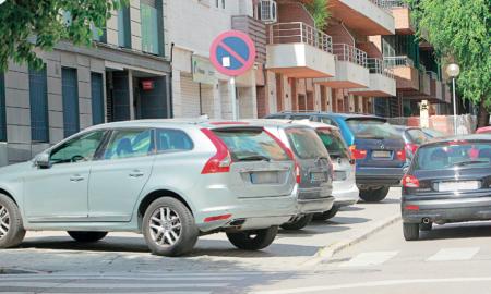 Cotxes aparcats en el tram que es reformarà, al carrer de Duran i Sors